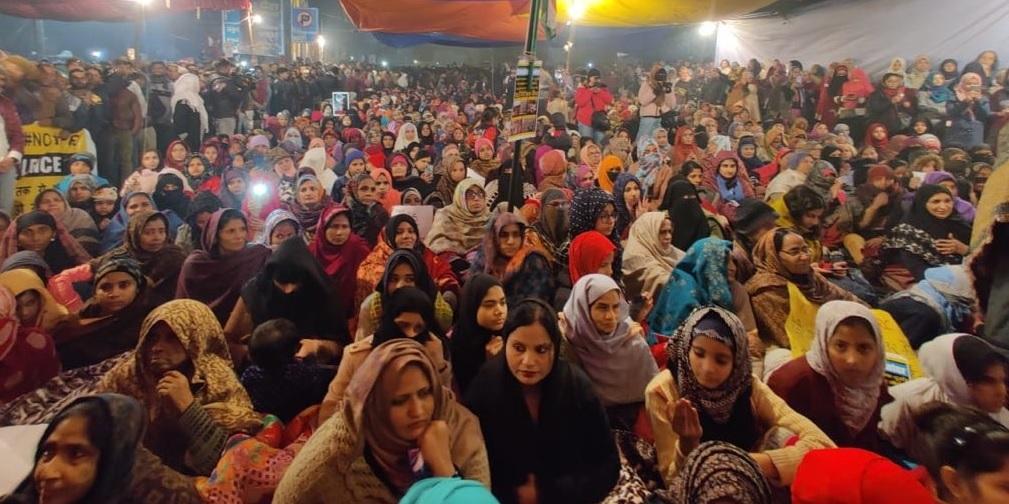 बात बोलेगी : इश्क की नई इबारत लिखती सड़कों पर बैठी औरतें